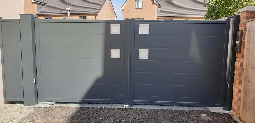 MODERN ALUMINIUM GATES AND UNDERGROUND AUTOMATION FOR NEW BUILD IN CHELTENHAM