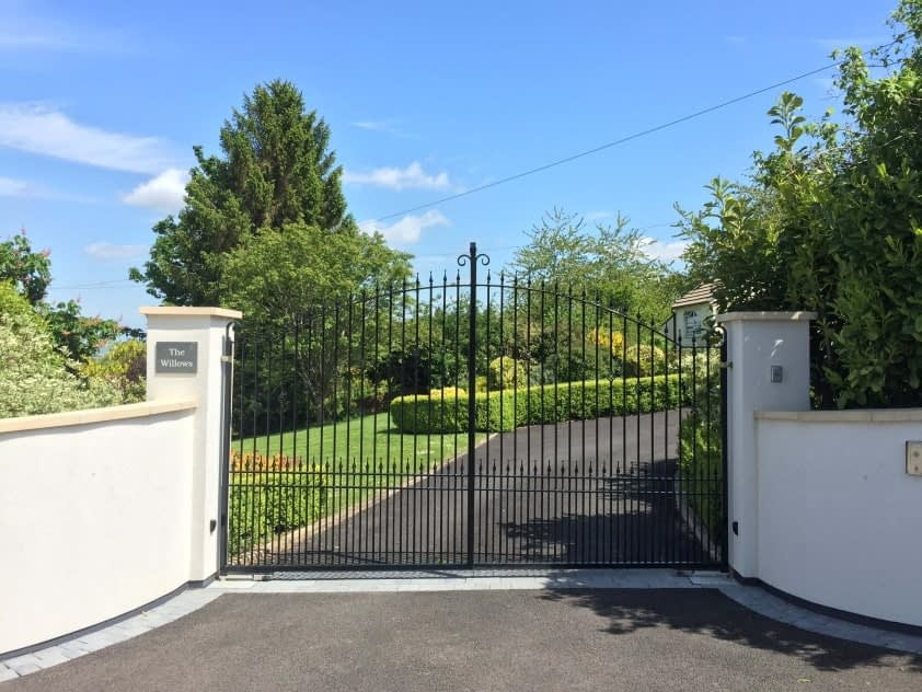 STEEL GATES MADE TO SUIT A SLOPING DRIVE - BATTLEDOWN ESTATE CHELTENHAM - INSTALLED BY GATE GUYS